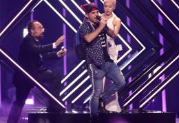 """В финале """"Евровидения"""" на сцену выбежал фанат и выхватил микрофон у исполнительницы"""