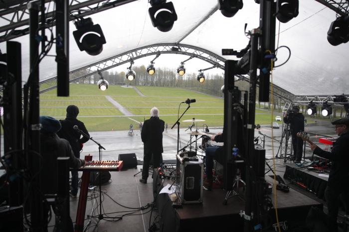 ФОТО: на Певческом поле в честь отмены чрезвычайного пложения прошел виртуальный концерт