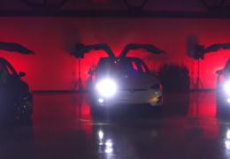 Электрокроссоверы Tesla показали светомузыкальное рождественское шоу