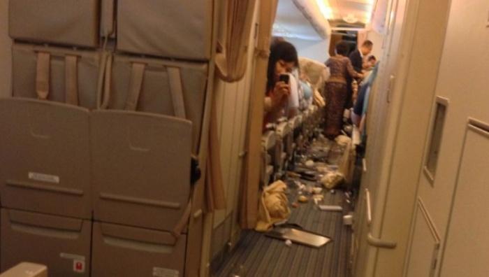После турбулентности салон самолета превращается в помойку