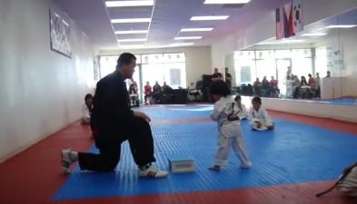 Маленький мастер тхэквондо сдает экзамен на белый пояс