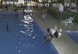 Швейцар жилого комплекса спас ребенка, тонувшего в бассейне. Видео