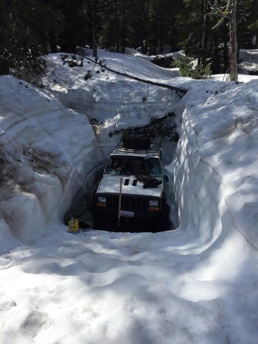 Внедорожник угодил в снежный капкан