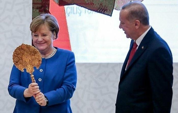 """""""Я ль на свете всех милее, Всех румяней и белее?"""": Меркель подарили зеркальце"""