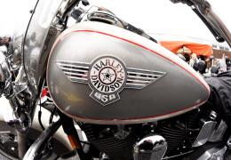 В Нарве Harley Davidson столкнулся с автомобилем: мотоциклист в больнице