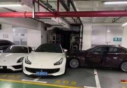 Женщина поссорилась с мужем и протаранила дорогие суперкары Ferrari и Porsche