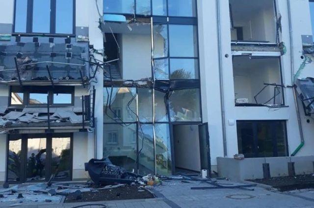 """В Германии субподрядчик на экскаваторе разнес строящийся комплекс из-за того, что его """"кинули"""" на деньги"""