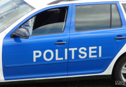 В Нарве автомобиль выехал с дороги: две девушки попали в больницу