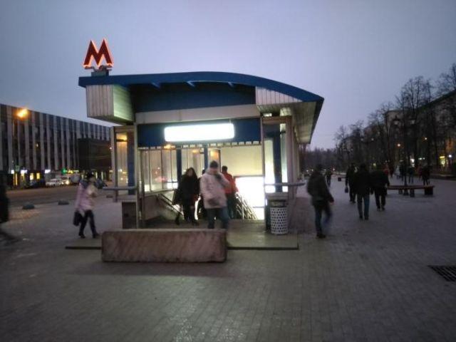 В Москве стали устанавливать бетонные блоки перед спусками подземных переходов