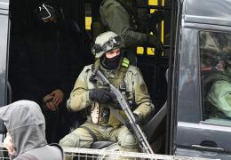 Житель Белоруссии хотел обокрасть микроавтобус, но в нем оказался ОМОН