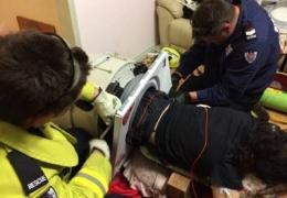 Пожарные спасли мужика, на три часа застрявшего в стиральной машинке
