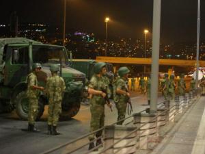 Удар военных по телецентру в Анкаре попал на видео