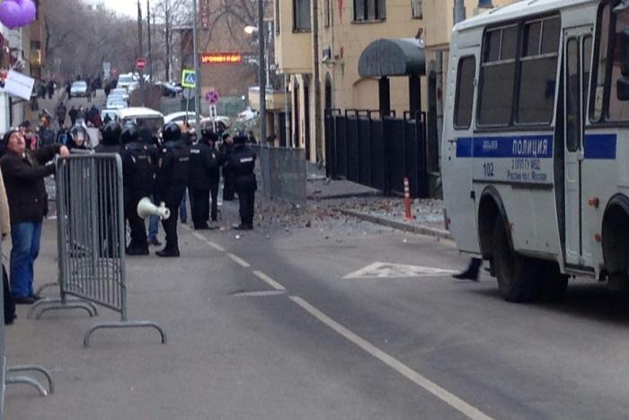 Посольство Турции в Москве закидали камнями