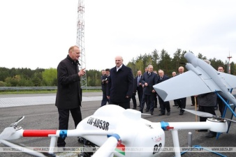 Лукашенко показали автомобиль, способный конкурировать с Тесла