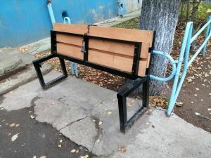 Бабули пошли на крайность, чтобы никто не сидел на любимой скамейке