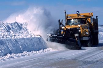 Фирма N&V прекратила вывоз снега в Нарве, город ищет дополнительные средства