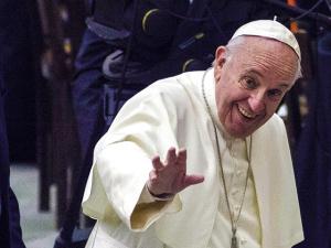 93-летний кардинал сломал бедро, приветствуя Папу