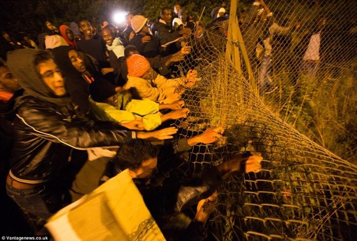 Мигранты продолжают атаки в Кале