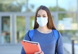 Правительство обсуждало возможность отмены для вакцинированных требования носить маску