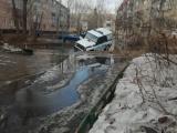 В Рубцовске полицейский УАЗ застрял в глубокой яме