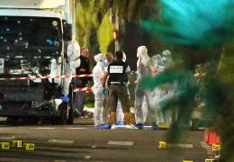 Во время теракта в Ницце мотоциклист попытался на ходу открыть дверь двигавшегося в толпу грузовика
