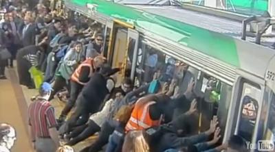 В Австралии пассажиры наклонили поезд