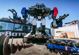 Гигантский боевой робот с пилотом и стрелком в кабине