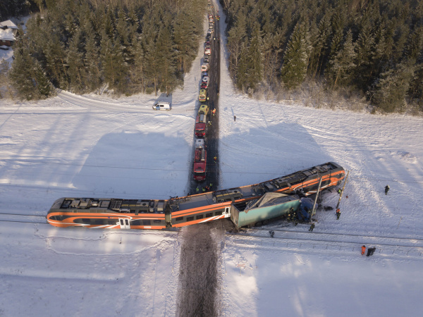 Под Кейла поезд столкнулся с грузовиком: девять человек пострадали