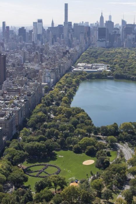 Жители Нью-Йорка почтили память Джона Леннона, выстроившись в огромный символ мира