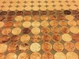 Женщина сделала просто потрясающий пол из 7500 монет