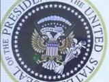 Дональд Трамп на фоне странного герба