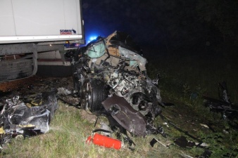 ДТП на шоссе Таллинн-Пярну: 17-летняя девушка без прав за рулем Jaguar врезалась в грузовик и погибла