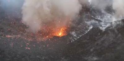 Любители сняли извержение вулкана при помощи квадрокоптера