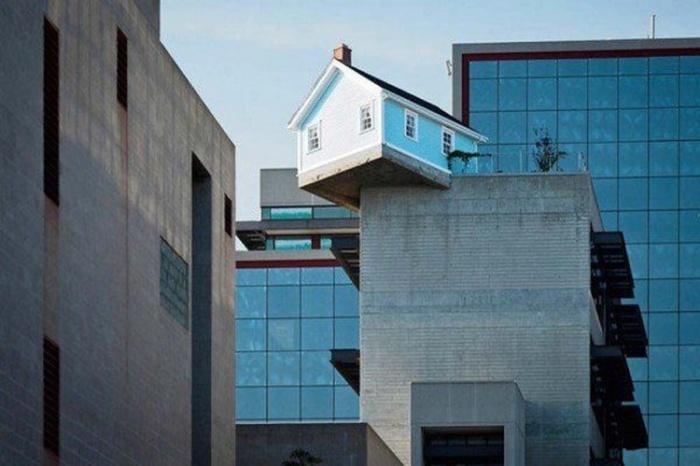 Падающий жилой домик на крыше школы