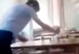 Прокуратура Омска проверит школу, ученики которой выжимали грязные тряпки в тарелки с едой