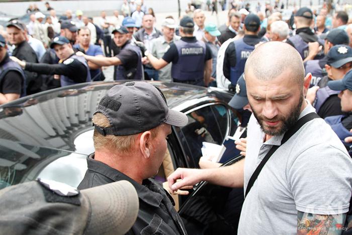 Напротив Кабмина Porsche Panamera въехал в толпу и переехал ногу одному из активистов