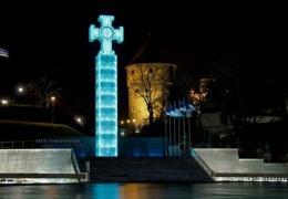 Монумент Свободы покрылся белыми пятнами: памятник в очередной раз нуждается в ремонте