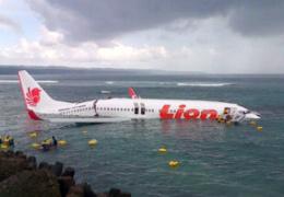 На Бали пассажирский самолет выкатился с взлетно-посадочной полосы в море