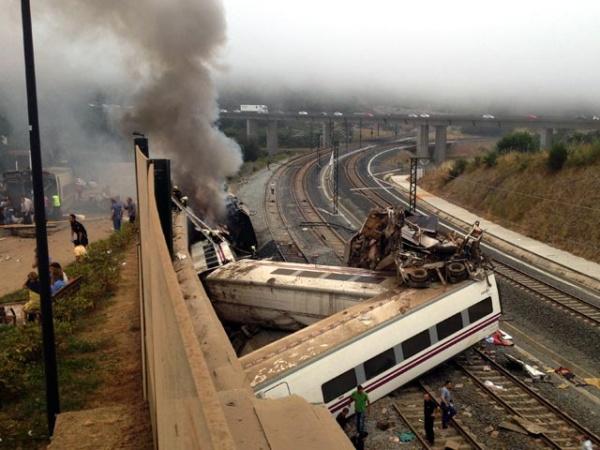 Обнародованы ВИДЕО крушения поезда в Испании, где погибли 78 человек, и переговоры машиниста