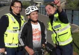 Необычная акция в Нарве: игнорирующим правила безопасности велосипедистам дарят шлемы