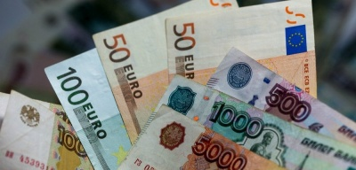 Рубль укрепился после решения Трампа отложить новые санкций