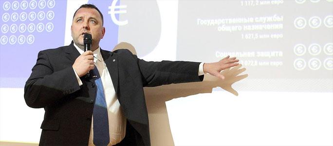 """Министр финансов оправдывает низкие пособия стремлением дать людям """"не рыбу, а удочку"""""""