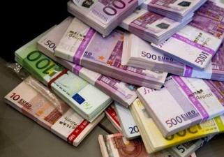 Зачем российские банки скупают евро?
