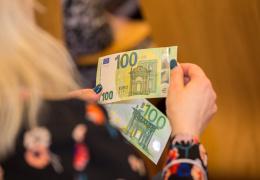 С 28 мая в оборот выпущены новые банкноты 100 и 200 евро