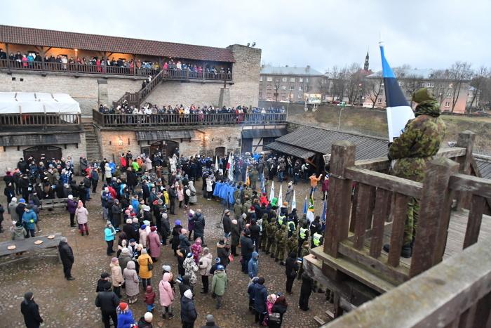 ФОТО: в Нарве около 400 человек встретили 102-ю годовщину независимости ЭР поднятием флага