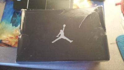 Парень нашел в стенном шкафу тяжелую коробку от обуви