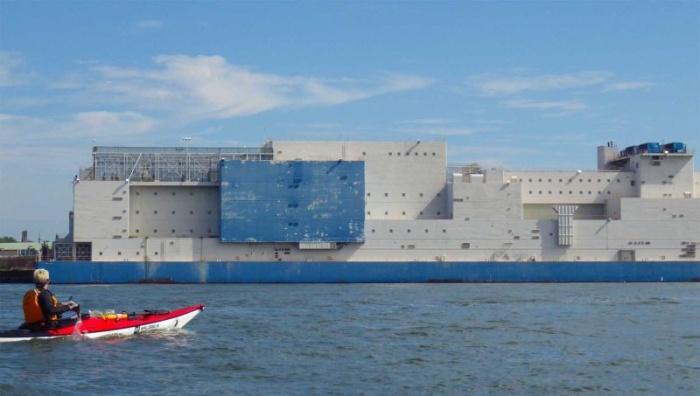 Внушительная плавучая тюрьма, сбежать из которой практически нереально