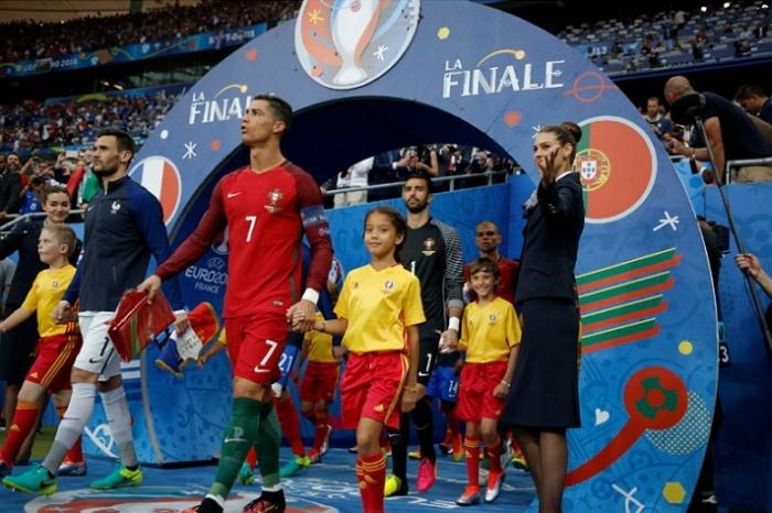 9-летняя Ольга Симагина из Нарвы в финале ЕВРО-2016 вывела на поле знаменитого португальского футболиста Пепе
