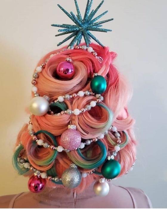 Оригинальная новогодняя прическа ёлка на голове