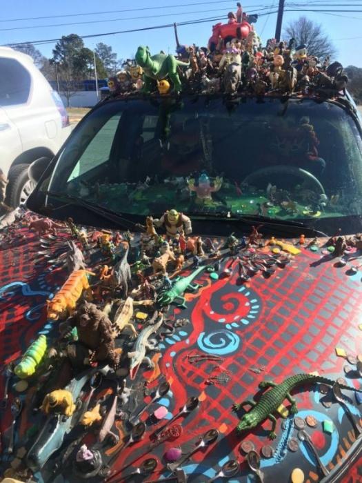Когда водитель не может расстаться с детскими игрушками